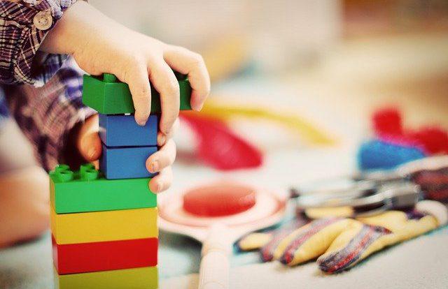 niños con bloques en escuela infantil